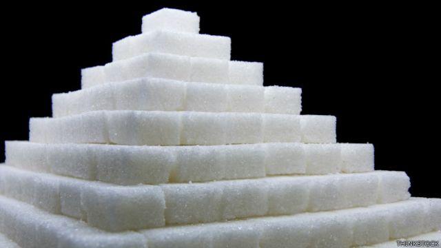 Siguiendo la recomendación del 10%, sería un máximo de 50 gramos de azúcar al día, equivalente a unas 12 cucharillas o terrones.