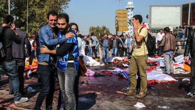 10 Ekim 2015'te Ankara Garı Kavşağı'ndaki barış mitingine yönelik saldırıda 100'den fazla kişi yaşamını yitirdi.