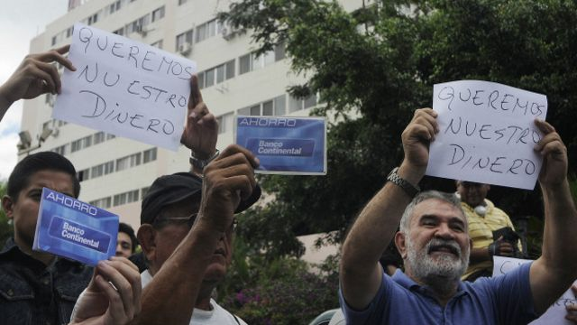 Ahorrantes del Banco Continental protestan