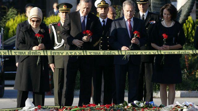 ဗုံးခွဲ တိုက်ခိုက် ခံရတဲ့ နေရာကို ဗုဒ္ဓဟူးနေ့က တူရကီ သမ္မတ လာရောက်စဉ်။ တိုက်ခိုက်မှုကို မကိုင်တွယ်နိုင်ခဲ့တဲ့အတွက် အစိုးရအပေါ် မကျေနပ်မှုတွေ ကျယ်ပြန့်လာ။