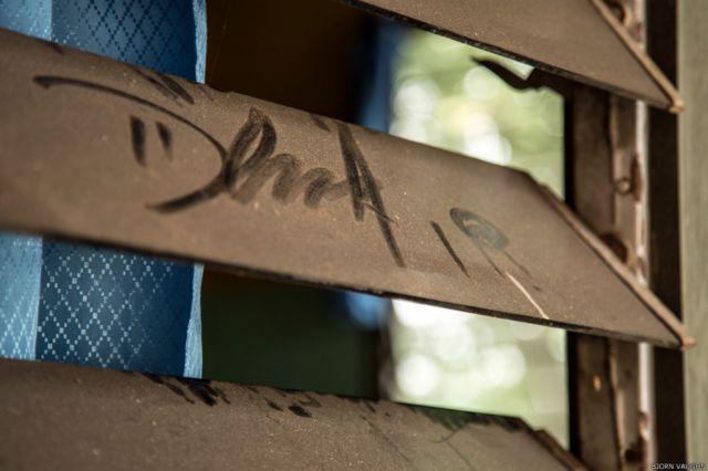 Kondisi jendela rumah yang akan Anda sering jumpai di Kalimantan Tengah. Debu kotor yang menempel di jendela memperlihatkan kualitas udara yang buruk. Banyak keluarga yang tidak memiliki perlindungan cukup untuk bertahan dalam kondisi ini.
