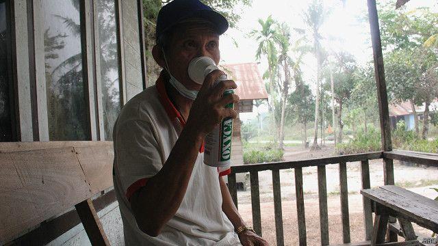 Yonson, warga Desa Kereng Bangkirai, Kota Palangka Raya, menggunakan oksigen pertama kali dari #sedekahoksigen.