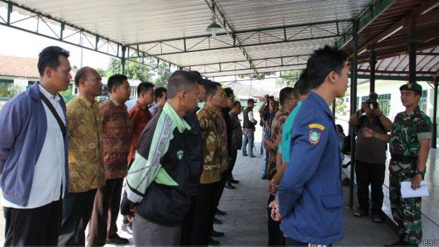 Para kader bela negara mendengarkan instruksi tentara dari Komando Distrik Militer 0735 Surakarta.