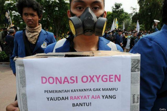 Para pelajar di Surabaya melakukan protes dan penggalangan dana untuk korban asap, Kamis (22/10).