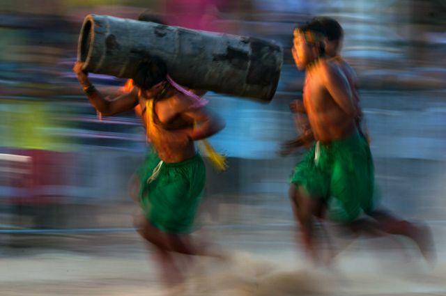 Corrida de Tora. Es una carrera de relevos en la que los participantes deben recorrer la distancia indicada cargando un tronco.