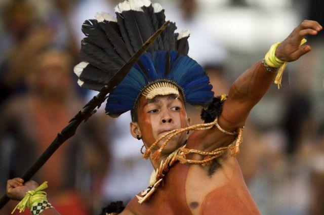 Uno de los más antiguos eventos es tirar la lanza lo más lejos que se pueda, algo que a diferencia de la jabalina no resulta tan fácil debido al peso de la punta de la lanza.