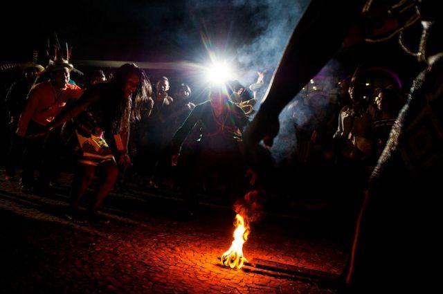 Hubo una ceremonia alrededor del fuego en la plaza principal de Palmas.