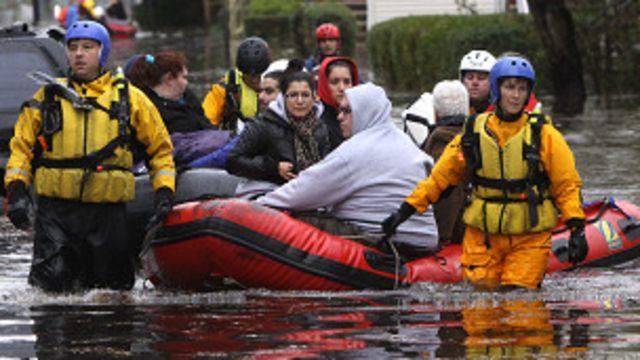 Un equipo de rescate ayuda a evacuar a los damnificados por el huracán Sandy en la costa este de EE.UU., en 2012.