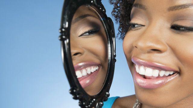 Una mujer mirándose al espejo