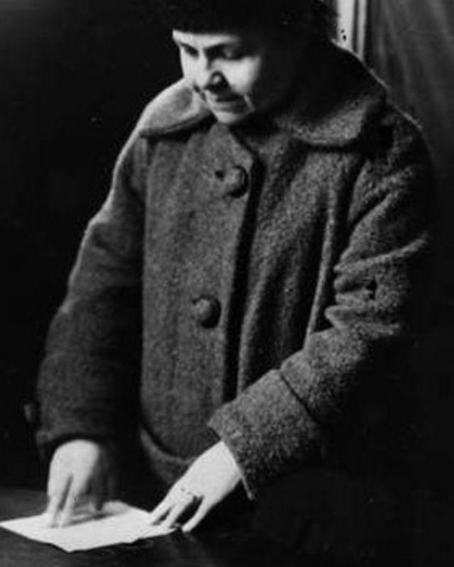 Una mujer vota en Rusia, en 1917