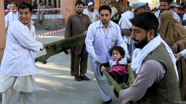 امدادگران در جلالآباد مرکز ولایت ننگرهار در شرق افغانستان در حال انتقال مجروحان به بیمارستان