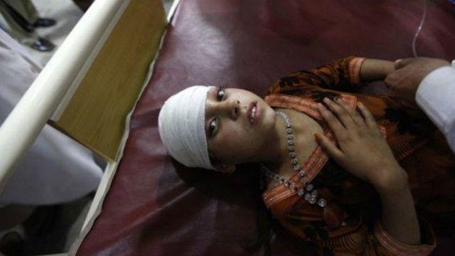این دختربچه یکی از کسانی بود که در اثر جراحات زلزله در بیمارستانی در پیشاور مداوا شدند