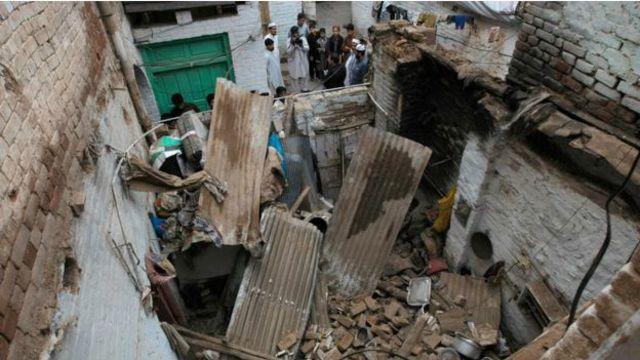 زلزله باعث تخریب خانه ها در پیشاور پاکستان شد