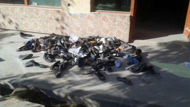 کفش های دانش آموزان دختر در مدرسه ای که ۱۲ نفر در آن کشته شدند