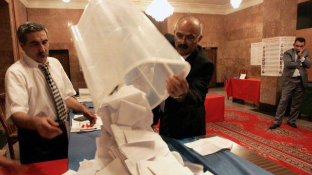 2013-cü il prezident seçkilərində səslərin hesablanması. Foto:  VANO SHLAMOV/AFP/Getty Images