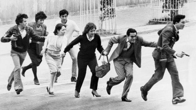 Civiles salen del Palacio de Justicia