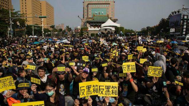 هزاران دانشجوی چینی در سال ۲۰۱۴ علیه پیمان تجاری با چین تظاهرات کردند