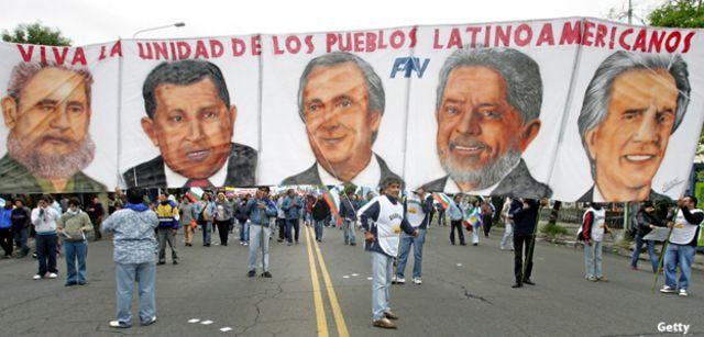 """En Mar del Plata, miles de personas protestaron contra la """"cumbre oficial""""."""