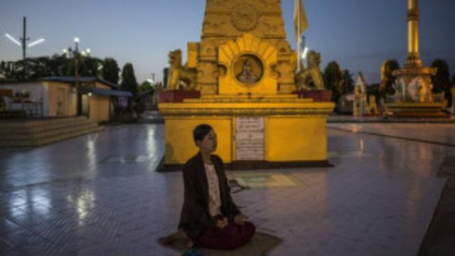 ဟင်္သာတမြို့ ဘုရားမှာ ဝတ်ပြုဆုတောင်းနေသူ တစ်ဦး။