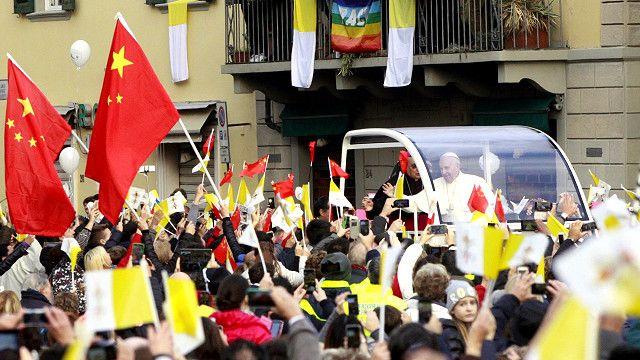 教宗方濟各訪問意大利中部小鎮普拉托,受到信眾的熱烈歡迎,人群中有許多華人舉著中國國旗。