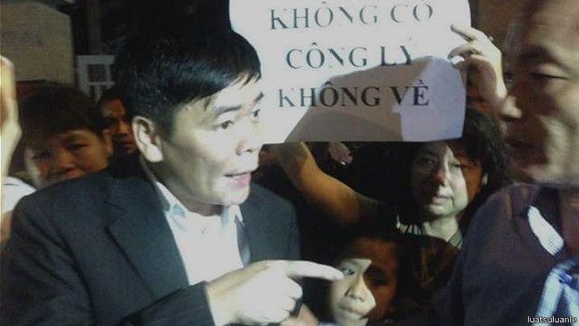Luật sư Trần Vũ Hải rời đồn công an sau khi nộp đơn tố cáo bắt người trái phép