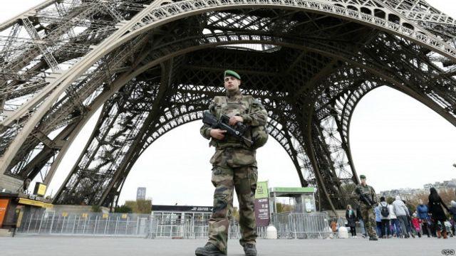 Tentara mengamankan Menara Eiffel.