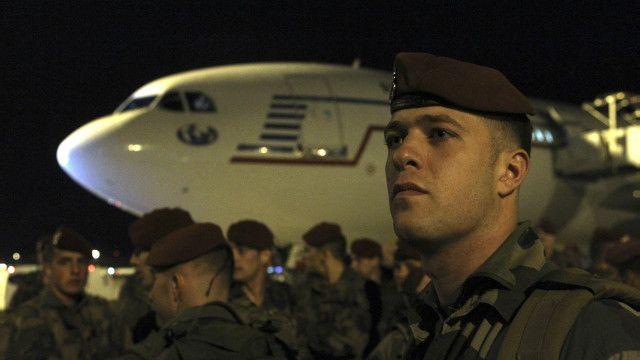 Tentara tiba di bandara Charles de Gaulle sebagai bagian dari tambahan personel keamanan pada Sabtu, 14 November 2015.