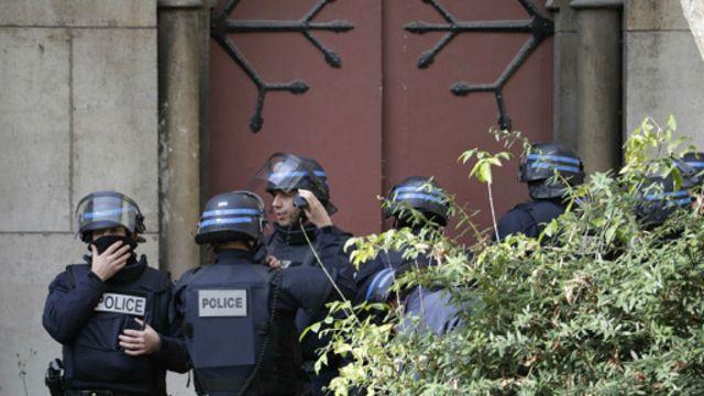 ماموران برای یافتن مظنونان احتمالی بعضی ساختمانهای محله را جستجو کردند