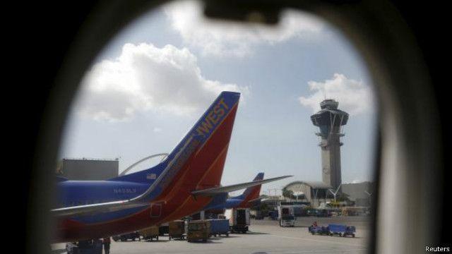یک مامور گیت پرواز گفته یکی از مسافران شنیده است دو مرد عربی صحبت میکنند و میترسد همراهشان سفر کند
