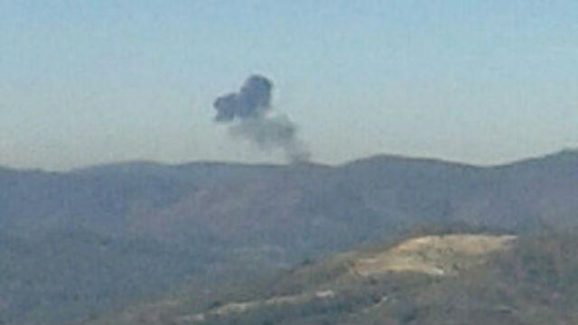 Columna de humo de avión derribado