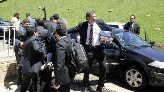 Agentes da Polícia Federal fazem busca e apreensão no gabinete de Delcídio