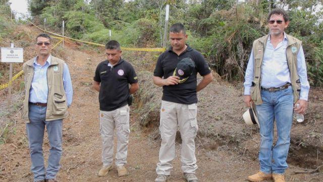 De izquierda a derecha: Matías Aldecoa (FARC); sargento Sosa y teniente Willington Benítez (batallón de desminado); Pastor Alape (FARC)
