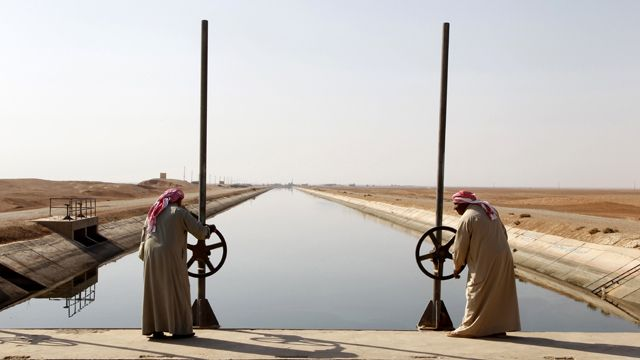 کانال آب که از رود فرات به منطقه نیمهبیابانی شرق سوریه میرود، نوامبر ۲۰۱۰