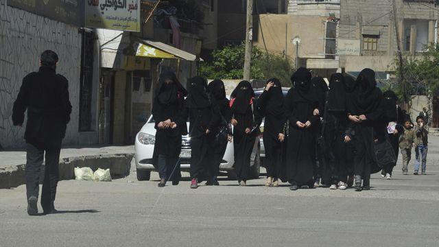 دختران مدرسهای با نقاب در یکی از خیابانهای رقه، ۳۱ مارس ۲۰۱۴