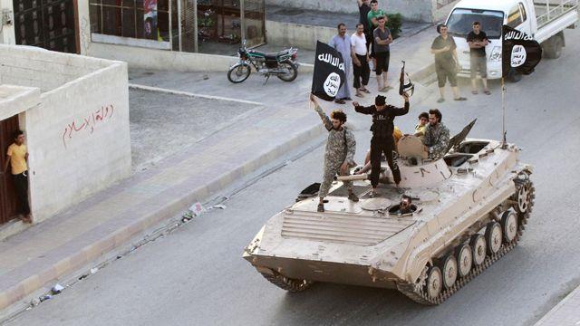 رژه مردان مسلح داعش در خیابانهای شمال استان رقه، ۳۰ ژوئن ۲۰۱۴