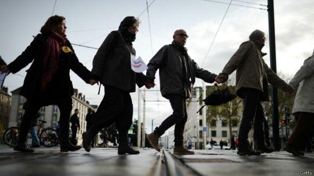 Pero París no fue el único escenario de las marchas para pedir más medidas para frenar el cambio climático. En Nates, Francia, también hicieron una cadena humana.