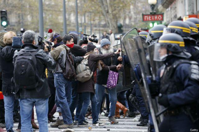 Pero al llegar a la plaza de la República tuvo lugar un enfrentamiento entre algunos de los participantes y la policía.