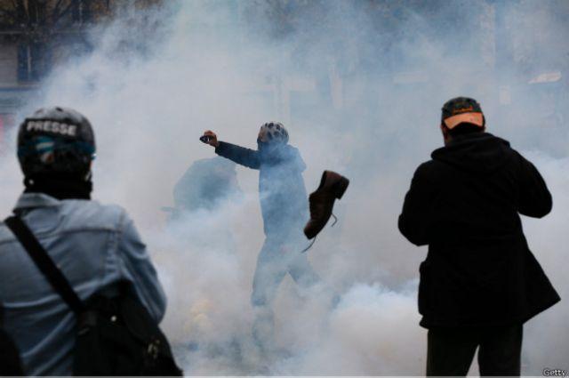 La policía de París hizo frente a algunos manifestantes con gas lacrimógeno.