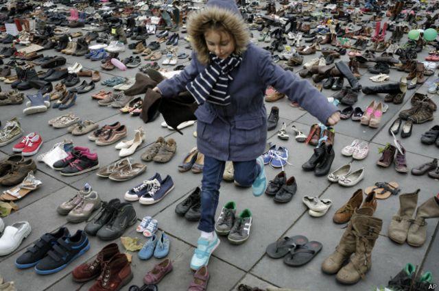 También colocaron decenas de pares de zapatos en la plaza de la República por aquellos que fallecieron en los ataques y no pudieron asistir a la marcha.