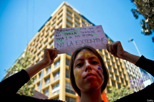 """En Santiago de Chile cientos pidieron a los líderes mundiales """"no exterminar"""" el planeta."""