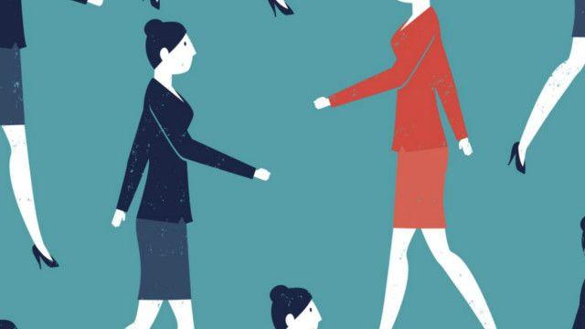 Mujeres profesionales caminando en distintas direcciones