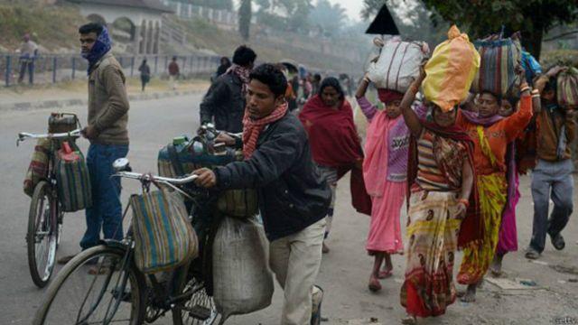 मोटरसाइकल नहुने भारतीय गाउँलेहरुले साइकलबाट इन्धन तस्करी गर्ने गरेको बताइएको छ।