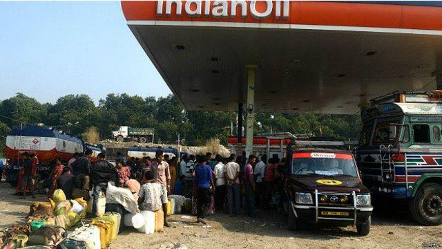 भारतीय पेट्रोल पम्पहरुमा अचेल इन्धन लिनेहरुको ठूलो लाइन देखिन्छ।