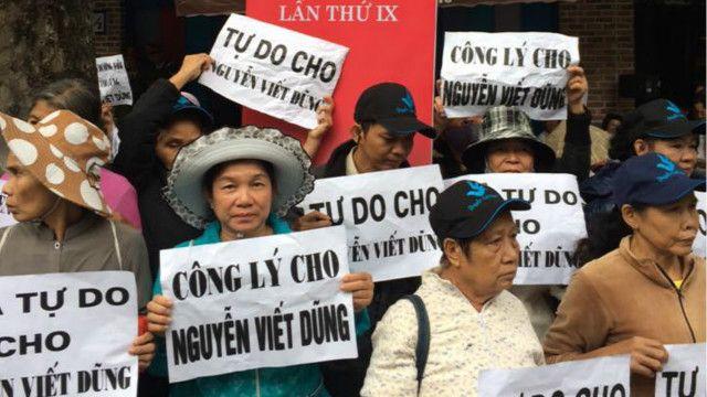 Hàng chục người mang biển hiệu phản đối phiên tòa xử Dũng Phi Hổ