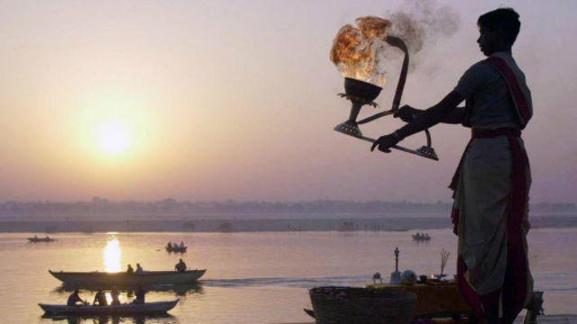 恒河岸边的晨祷(图片来源:AFP/Getty Images)