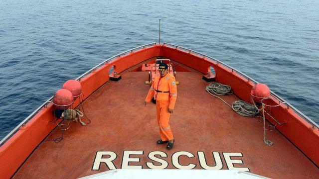 Tim SAR melakukan pencarian korban tenggelamnya KM Marina di Teluk Bone.