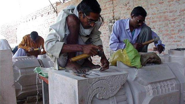 अयोध्या में राम मंदिर के लिए तराशे जा रहे पत्थर.