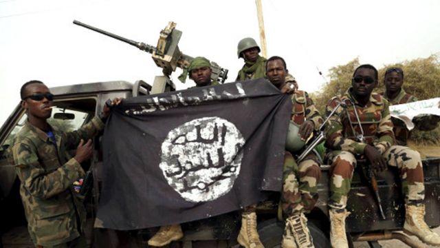 نفرات ارتش و پرچم به غنیمت گرفته شده از بوکو حرام - ارتش توانسته شبه نظامیان را از اکثر مناطق تحت تصرف آنان خارج کند