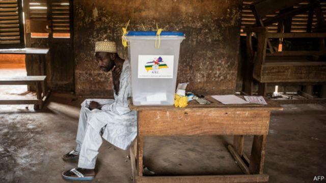 Quartier PK5 à Bangui le 14 décembre 2015 lors du vote pour le référendum constitutionnel. La présence de casques bleus visait à permettre aux électeurs de voter en toute sécurité dans un quartier où cinq personnes ont été tuées la veille