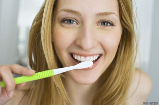 La cavidad bucal alberga cientos de microorganismos que se pueden transferir al cepillo de dientes durante el uso.